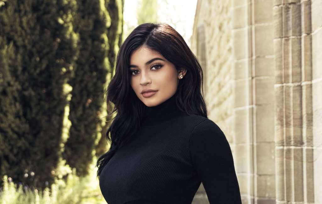 Kylie Jenner Wearing Black Top 2018 Wallpaper