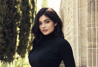 Kylie Jenner Wearing Black Top 2018 Wallpaper